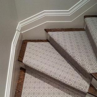 Неиссякаемый источник вдохновения для домашнего уюта: изогнутая лестница среднего размера в стиле фьюжн с деревянными ступенями и крашенными деревянными подступенками