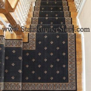 Mittelgroße Stilmix Holztreppe in L-Form mit gebeizten Holz-Setzstufen und Holzgeländer in New York