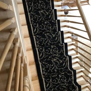 Imagen de escalera en L, tradicional, de tamaño medio, con escalones enmoquetados, contrahuellas enmoquetadas y barandilla de madera