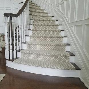 Inspiration för en stor vintage svängd trappa i trä, med sättsteg i målat trä och räcke i trä