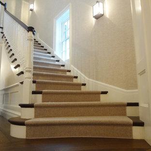 Идея дизайна: большая угловая лестница в стиле современная классика с ступенями с ковровым покрытием и ковровыми подступенками