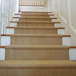 ボストンの大きいカーペット敷きのトランジショナルスタイルのおしゃれなかね折れ階段 (カーペット張りの蹴込み板) の写真