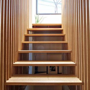 Diseño de escalera suspendida, minimalista, sin contrahuella