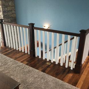 Ejemplo de escalera en L, rural, grande, con escalones de madera y contrahuellas de madera pintada
