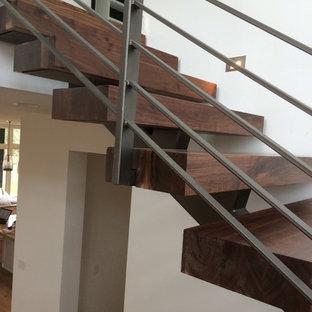 Идея дизайна: лестница на больцах, среднего размера в современном стиле с деревянными ступенями и деревянными подступенками