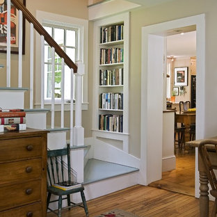 Idee per una scala chic con pedata in legno verniciato e alzata in legno verniciato