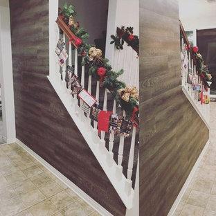 Immagine di una piccola scala a rampa dritta contemporanea con pedata in moquette, alzata in moquette e parapetto in legno