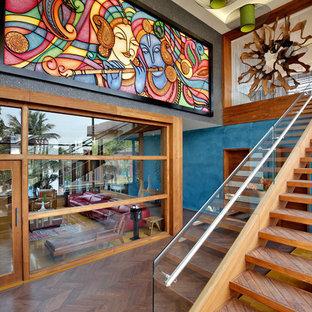 Ejemplo de escalera recta, ecléctica, con escalones de madera y barandilla de vidrio