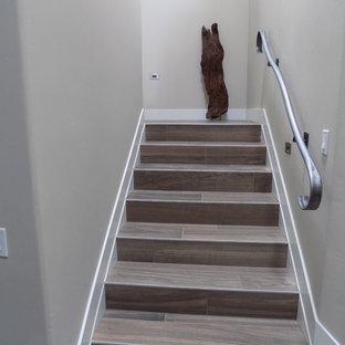 サンルイスオビスポの中サイズのタイルのコンテンポラリースタイルのおしゃれな折り返し階段 (フローリングの蹴込み板) の写真