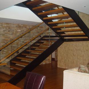 Imagen de escalera en U, actual, de tamaño medio, sin contrahuella, con escalones de madera