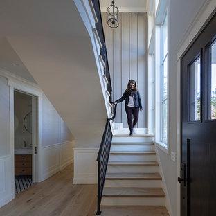 Imagen de escalera en U, de estilo de casa de campo, pequeña, con escalones de madera, contrahuellas de madera y barandilla de metal