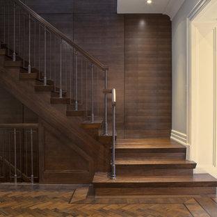 トロントの中サイズの木のトランジショナルスタイルのおしゃれな直階段 (木の蹴込み板) の写真