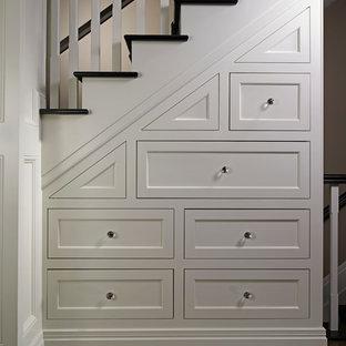Exemple d'un petit escalier tendance avec des marches en bois et des rangements.