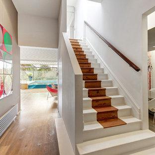 Foto de escalera recta, actual, con escalones de madera pintada y contrahuellas de madera pintada