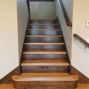Foto de escalera en U, de estilo americano, de tamaño medio, con escalones de madera, contrahuellas de madera y barandilla de varios materiales