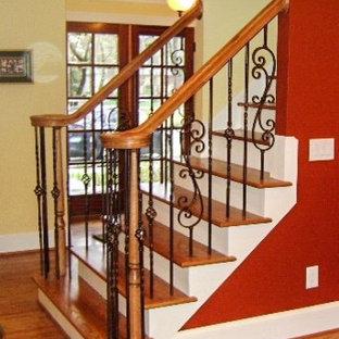 Ejemplo de escalera recta, tradicional, de tamaño medio, con escalones de madera y contrahuellas de madera