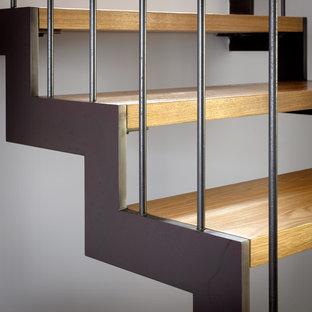 Idéer för mellanstora funkis u-trappor i trä, med sättsteg i metall och räcke i metall
