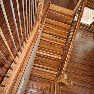 Foto de escalera en L, rústica, grande, con escalones de madera, contrahuellas de metal y barandilla de madera