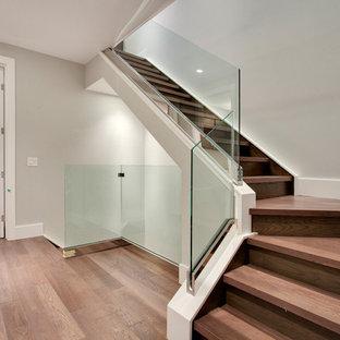 Imagen de escalera en L, moderna, pequeña, con escalones de madera y contrahuellas de madera