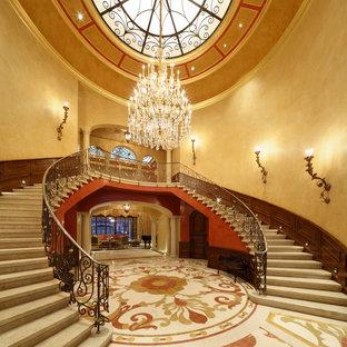 ロサンゼルスのトラディショナルスタイルのおしゃれな階段の写真