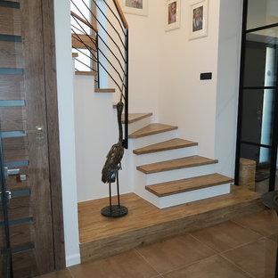 """Idee per una piccola scala a """"U"""" industriale con pedata in legno, alzata in cemento e parapetto in metallo"""