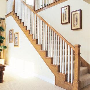 Imagen de escalera recta, tradicional, de tamaño medio, con escalones enmoquetados y contrahuellas enmoquetadas