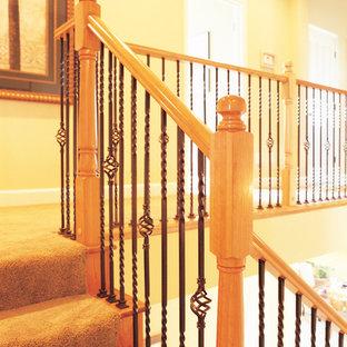Ejemplo de escalera en L, tradicional, de tamaño medio, con escalones enmoquetados y contrahuellas enmoquetadas