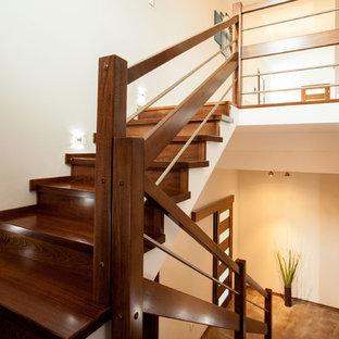 Diseño de escalera de caracol, minimalista, grande, con contrahuellas de madera y escalones de madera