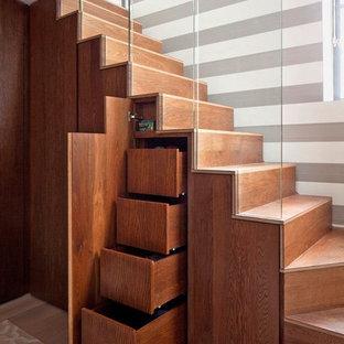 Foto de escalera en L, actual, con escalones de madera y contrahuellas de madera