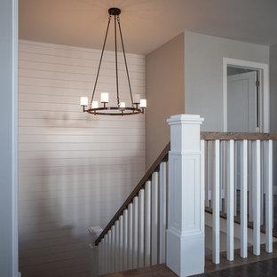 """Foto di un'ampia scala a """"L"""" stile americano con pedata in legno e alzata in legno verniciato"""