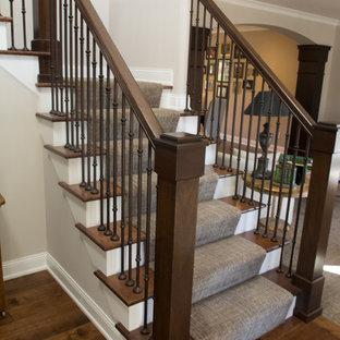 Foto de escalera en L, clásica renovada, de tamaño medio, con barandilla de varios materiales, escalones de madera y contrahuellas de madera pintada