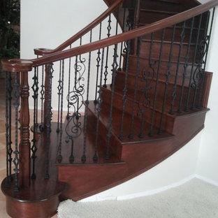 Modelo de escalera curva, mediterránea, de tamaño medio, con escalones de madera, contrahuellas de madera y barandilla de madera