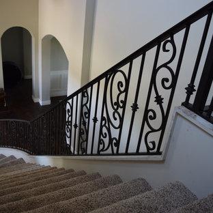 Modelo de escalera curva, mediterránea, grande, con escalones de metal y contrahuellas de metal