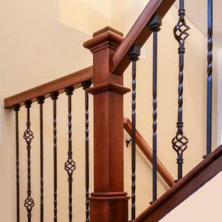 Idee per una scala a rampa dritta country di medie dimensioni con pedata in moquette, alzata in moquette e parapetto in legno