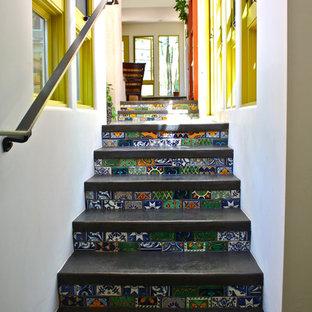 サンタバーバラのサンタフェスタイルのおしゃれな階段 (タイルの蹴込み板) の写真