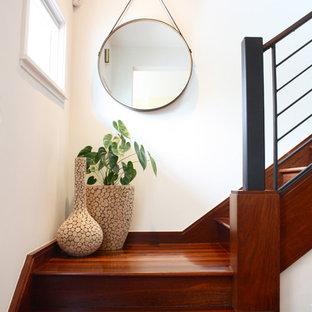 サンフランシスコの木のコンテンポラリースタイルのおしゃれな階段 (木の蹴込み板) の写真