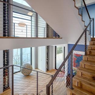 Modelo de escalera suspendida, moderna, grande, con escalones de madera y contrahuellas de madera