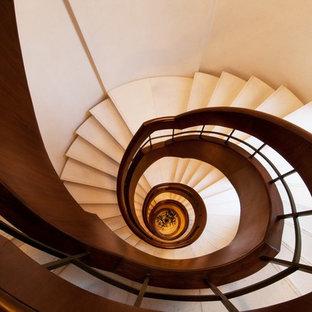 デリーのアジアンスタイルのおしゃれな階段の写真