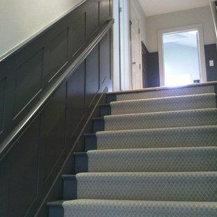 Ejemplo de escalera recta, de estilo americano, pequeña, con escalones de madera pintada, contrahuellas de madera pintada y barandilla de madera