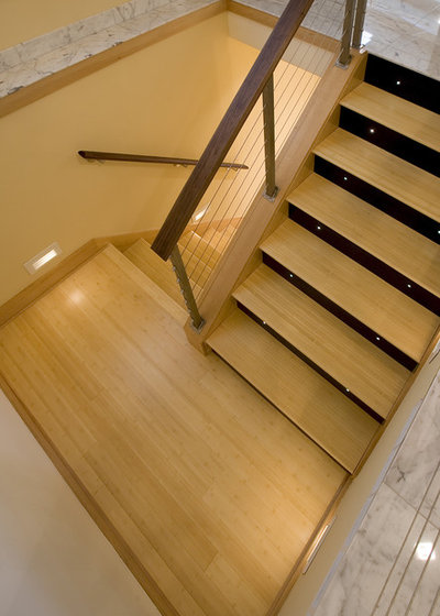 Contemporary Staircase by 4R Builders, LLC.
