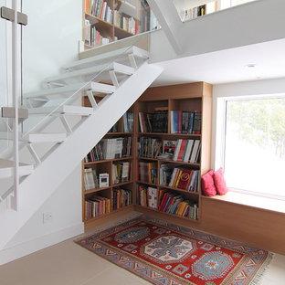 Imagen de escalera moderna, pequeña, con escalones de madera