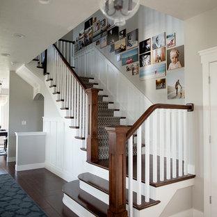 Modelo de escalera en U, de estilo americano, grande, con escalones de madera y contrahuellas enmoquetadas