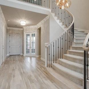 ダラスの広いトランジショナルスタイルのおしゃれなサーキュラー階段 (混合材の手すり) の写真