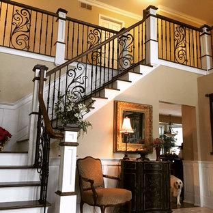Imagen de escalera en L, mediterránea, con escalones de madera y contrahuellas de madera