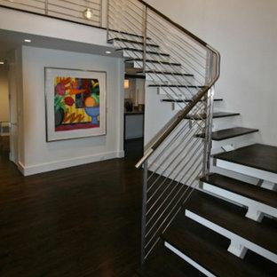 ニューヨークの中サイズの木のコンテンポラリースタイルのおしゃれな階段 (金属の手すり) の写真