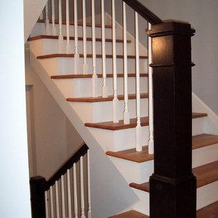 Diseño de escalera en U, de tamaño medio, con escalones de madera y contrahuellas de madera pintada