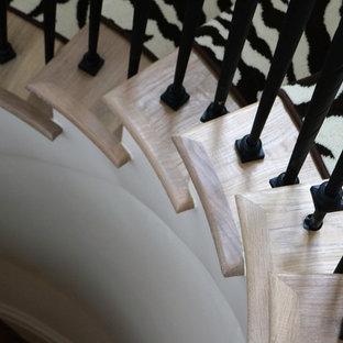 Foto di una grande scala a chiocciola stile shabby con pedata in legno e alzata in legno