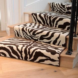 Imagen de escalera de caracol, romántica, grande, con escalones de madera y contrahuellas de madera
