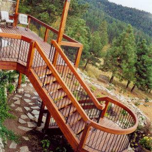 Imagen de escalera curva, clásica, de tamaño medio, con escalones de madera y contrahuellas de madera