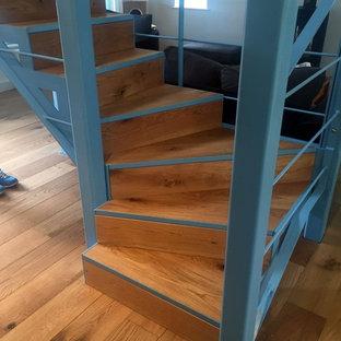 他の地域の小さい木のコンテンポラリースタイルのおしゃれなかね折れ階段 (金属の蹴込み板) の写真